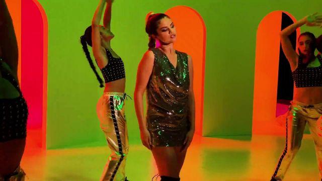 Paillettes à col bénitier avec ceinture mini robe portée par Selena Gomez dans son Regard À Elle Maintenant de la musique de la vidéo