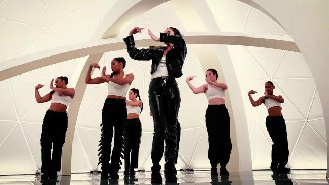 Vinyle pantalon noir porté par Selena Gomez dans son Regard À Elle Maintenant de la musique de la vidéo