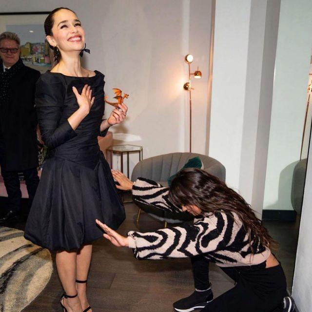 The black dress of Emilia Clarke on the account Instagram of @emilia_clarke