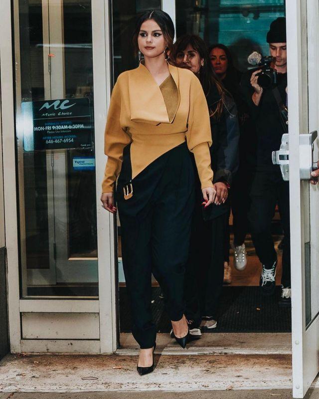 Proenza Schouler à Col Bénitier avec Ceinture Détaillée Top Asymétrique portés par Selena Gomez la Ville de New York le 29 octobre 2019