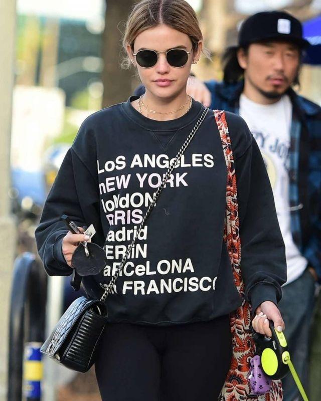 La ville de l'Amour Sweat-shirt porté par Lucy Hale sur l'Instagram account @amandaeliza49