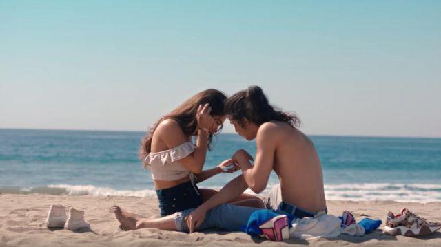 Le sweat-shirt à capuche blanche bleu et motif Gucci rose de Moha La Squale dans son clip Santa Monica