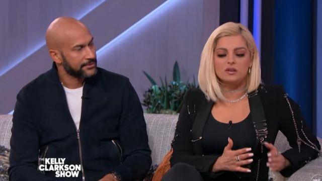 Moschino Chaîne Blazer porté par Bebe Rexha sur L'Kelly Clarkson Spectacle, le 5 novembre 2019