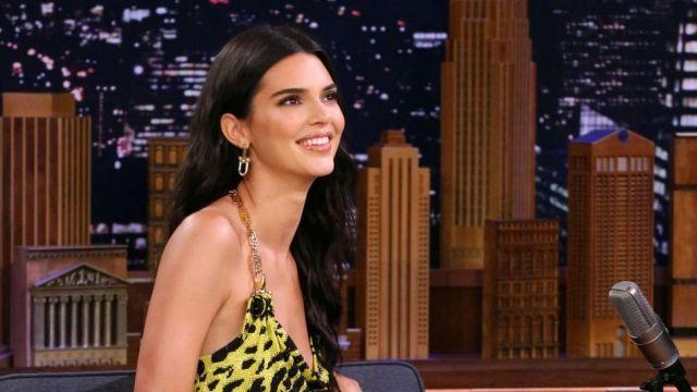 Tiffany & Co. Link 18-karat gold earrings worn by Kendall Jenner in The Tonight Show Starring Jimmy Fallon