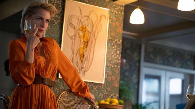 La robe longue satinée orange portée par Jean Milburn (Gillian Anderson) dans Sex Education Saison 2