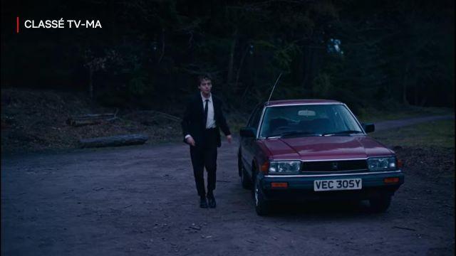 Pantalon de costume noir de James (Alex Lawther) dans The End of the F***ing World (S02E02)