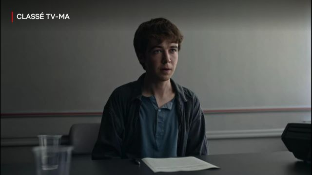 Polo bleu de James (Alex Lawther) dans The End of the F***ing World (S02E08)