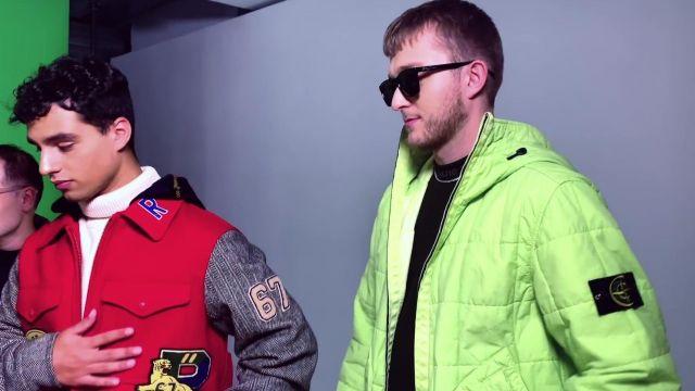 La veste doudoune verte fluo Stone Island portée par Vald dans son clip Ignorant
