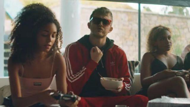 La veste de survêtement Adidas Rouge de Vald dans son clip Ce monde est cruel