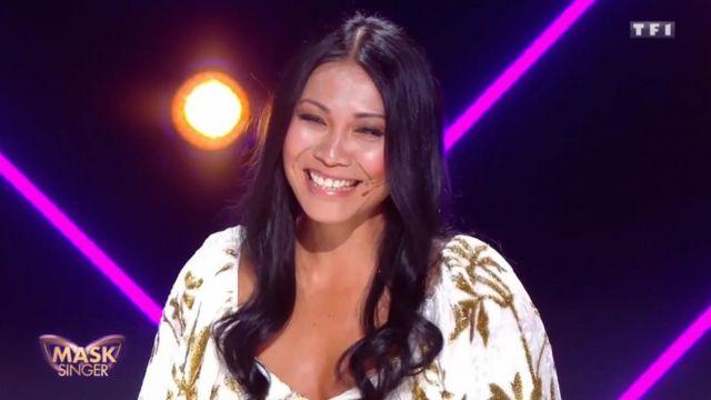 La robe en velours blanche à motifs feuilles dorées de Anggun dans Mask Singer Episode 2