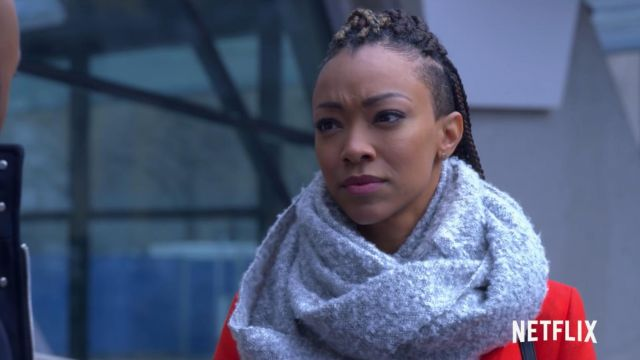 The woven scarf light grey Roxy Richardson (Sonequa Martin-Green) in the Holiday Rush