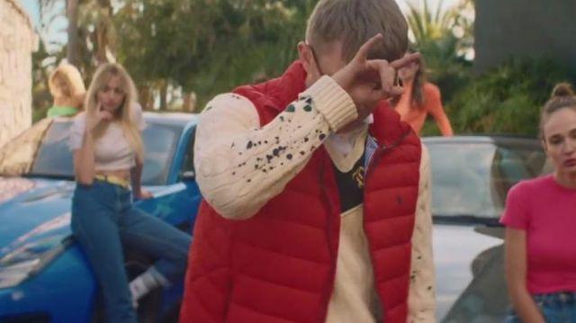 La veste doudoune sans manche rouge Ralph Lauren de Vald dans son clip Ce monde est cruel