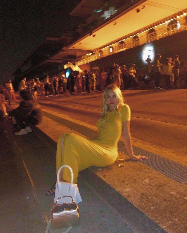 Robe longue jaune de Chloé Jouannet sur le compte Instagram de @jouannetchloe