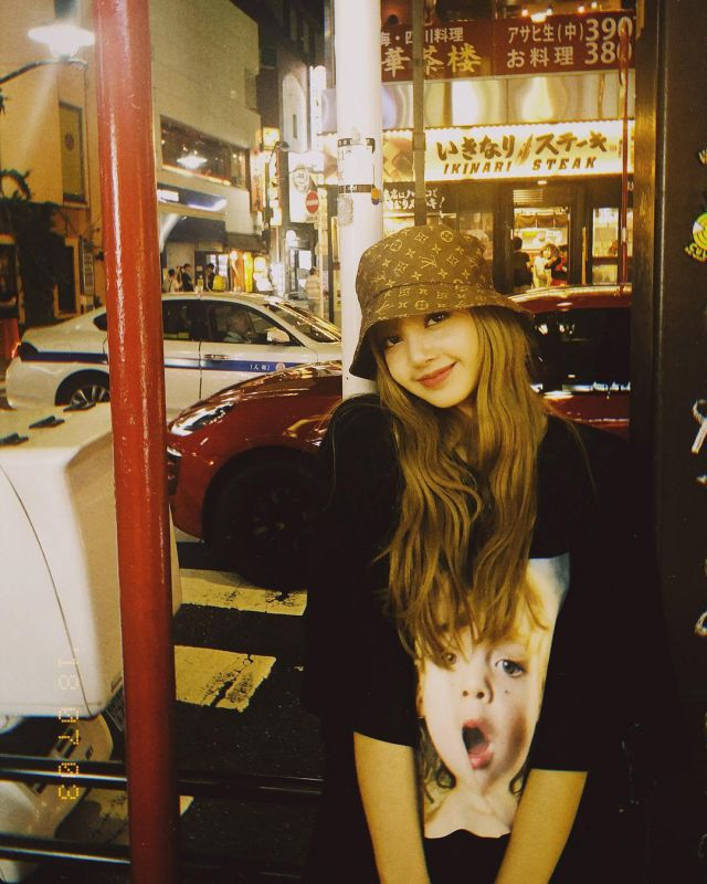 """The black t-shirt """"baby"""" Lisa's account on the Instagram of @lalalalisa_m"""