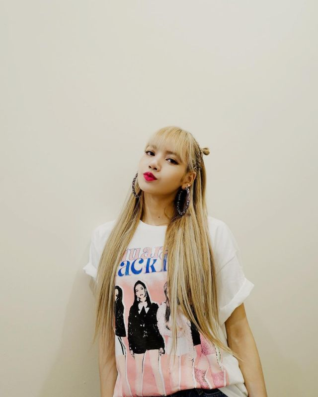 The white t-shirt Blackpink Lisa's account on the Instagram of @lalalalisa_m