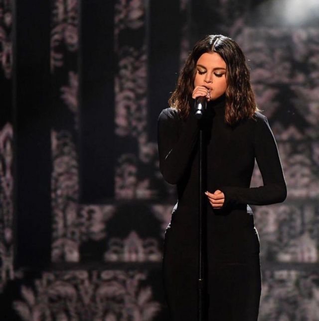 Norma Kamali Kamaliculture col Roulé Robe Maxi porté par Selena Gomez American Music Awards le 24 novembre 2019