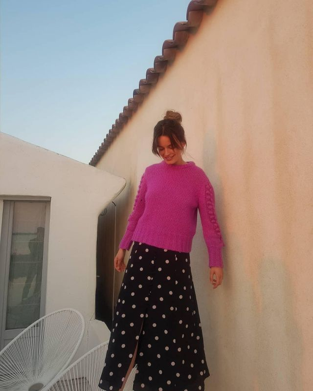 Sweater pink big mesh of Emma Mackey on the account Instagram of @emmatmackey
