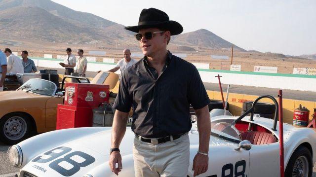 Le chapeau noir de cowboy porté par Carroll Shelby (Matt Damon) dans Le Mans 66