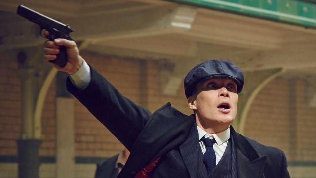 La casquette gavroche bleue portée par Thomas Shelby (Cillian Murphy) dans la série Peaky Blinders (S02E02)