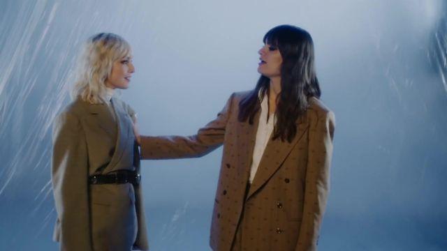 La veste de costume kaki de Clara Luciani dans son clip Ma soeur