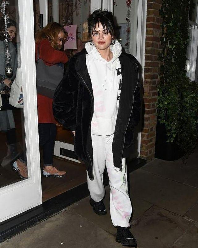Les Gens libres Noir Fausse Fourrure Veste à Capuchon porté par Selena Gomez Londres le 11 décembre 2019