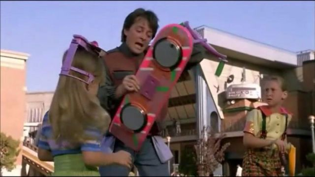 Hoover Board de Retour Vers Le Futur 2 de Marty McFly / Marty McFly Jr. / Marlene McFly (Michael J. Fox) dans Retour vers le futur II