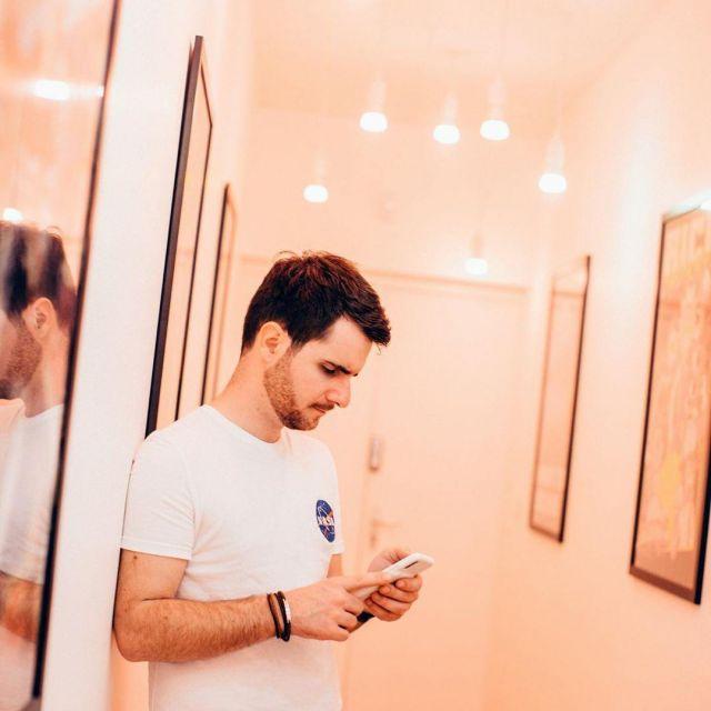 The white t-shirt NASA of Amixem on his account Instagram @amixem