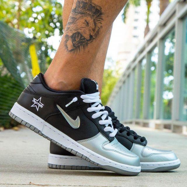 Nike SB Dunk Low Supreme Jewel Swoosh Silver sur le compte