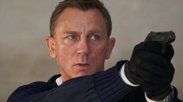The black gloves of James Bond (Daniel Craig) in Dying can wait