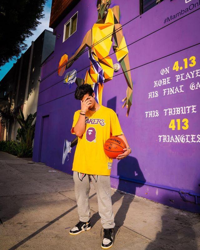BAPE x Mitchell & Ness Lakers Tee Yellow sur le compte Instagram de @aripetrou