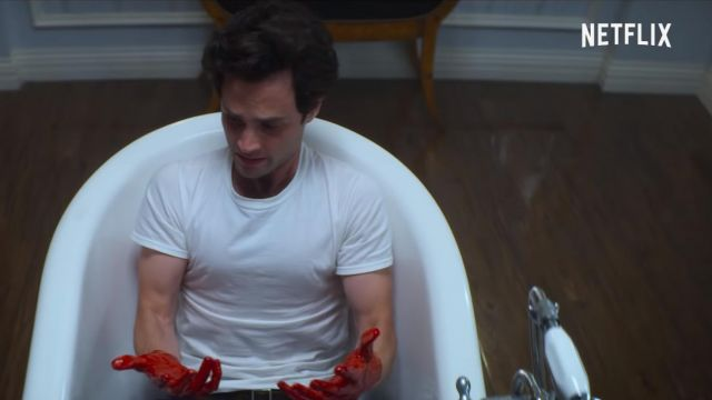 The white t-shirt of Joe Goldberg (Penn Badgley) in YOU