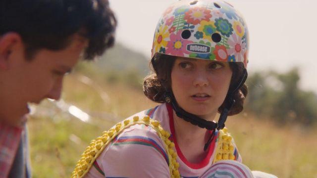 The helmet has flowers of Lily Iglehart (Tanya Reynolds) in Sex Education