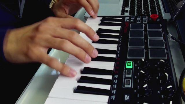 Clavier Maître 8 Pads, 8 Potentiomètres et Joystick de Squeezie dans ON FAIT UNE MUSIQUE EN 1H (ft Bigflo & Oli)