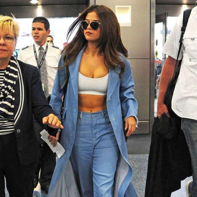 La longue veste en jeans portée par Selena Gomez sur le compte Instagram de @tr.selly