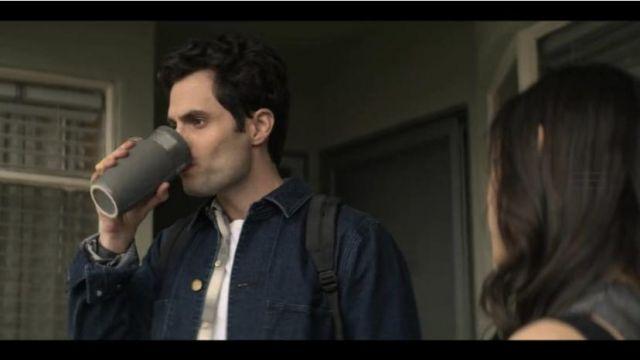 Le mug gris dans lequel boit joe de Joe Goldberg Penn Badgley dans la série YOU.