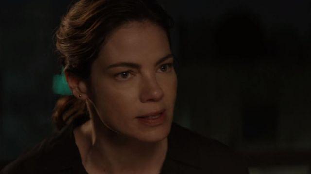 Gold earring of Eva Geller (Michelle Monaghan) in Messiah (E02 S01)