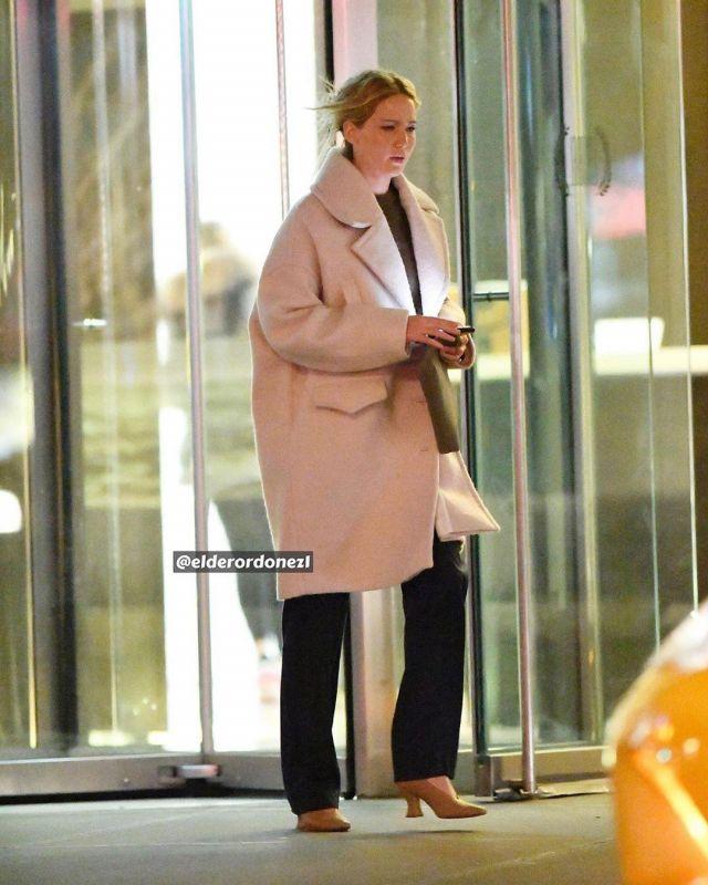 Iro Berlioz surdimensionné en Tricot Manteau porté par Jennifer Lawrence dans la Ville de New York le 7 janvier 2020