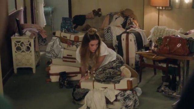 Tan Courte Bottes de Fourrure porté par Alexis Rose (Annie Murphy) dans Schitt s Creek Saison 6 Épisode 1