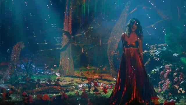 Satin rouge longue robe de Selena Gomez de Selena Gomez - Rare (official Music Video)