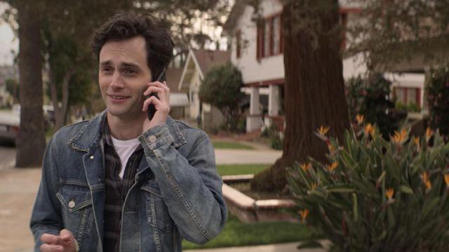 Jean jacket light blue washed-out Joe Goldberg (Penn Badgley) in YOU (S02E02)