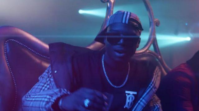 Le t-shirt noir B de Ninho dans le clip Distant de Maes