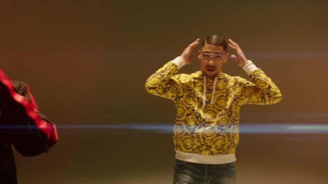 Le pull jaune imprimé porté par Maes dans son clip Distant feat. Ninho