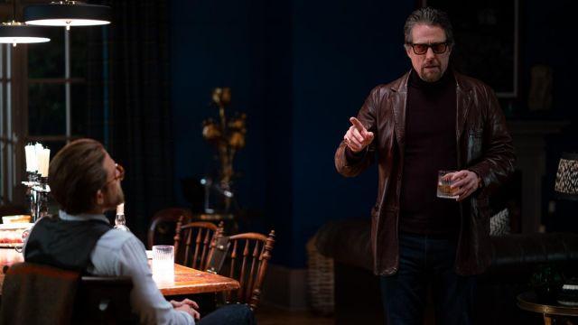 En Cuir brun Blazer porté par Fletcher (Hugh Grant) chez Les Messieurs