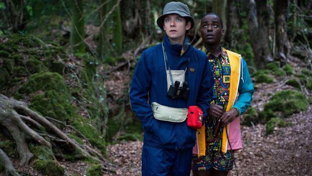 La veste de pluie tricolore bleu jaune rose de Eric Effoing (Ncuti Gatwa) dans Sex Education Saison 2