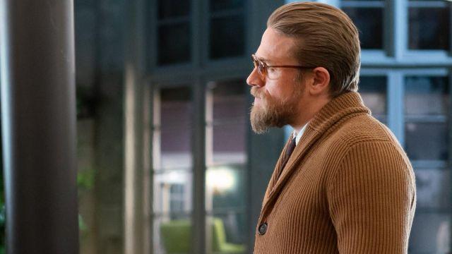 Brun Cardigan en Tricot Chandail porté par Ray (Charlie Hunnam) chez Les Messieurs