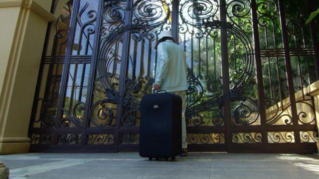 La veste de survêtement bleu turquoise portée par Lorenzo dans son clip Champagne & Pétou feat. Charles Vicomte