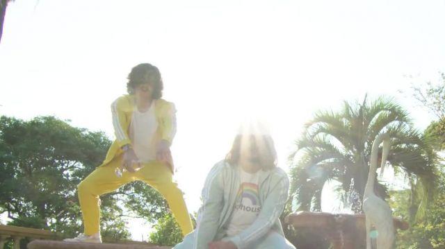 Le jogging jaune porté par Charles vicomte dans la vidéo Lorenzo ft. Charles Vicomte - Champagne & Pétou