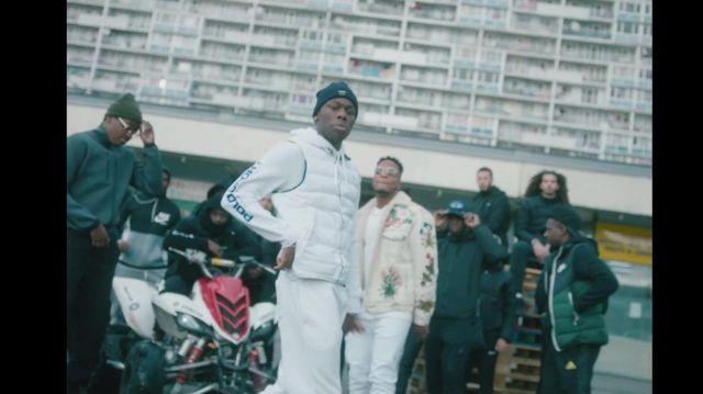 Le sweat a capuche blanc avec écriture porté par Tiakola dans le clip 4Keus Feat. Niska - M.D