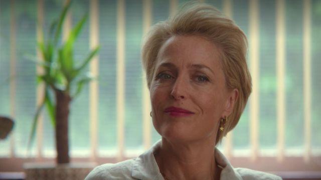 Les petites boucles d'oreilles créoles avec étoiles de Jean Milburn (Gillian Anderson) dans Sex Education (Saison 2 Episode 4)