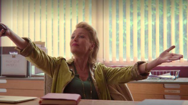 The bangle bracelet golden of John Milburn (Gillian Anderson) in Sex Education (Season 2 Episode 3)